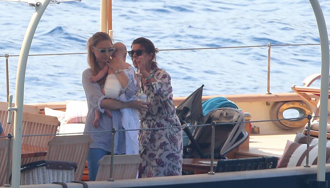 <strong>BESTEMOR:</strong> Beatrice Borromeo og sønnen Stefano sammen med sviger-/ bestemor prinsesse Caroline på en båt sommeren 2017. Foto: Splash News/ NTB scanpix