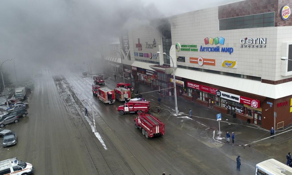 BRANN: Det brant kraftig i et kjøpesemnter i Kemerovo i dag. 64 personer er bekreftet døde i brannen. Foto: Russian Ministry for Emergency Situations photo via AP