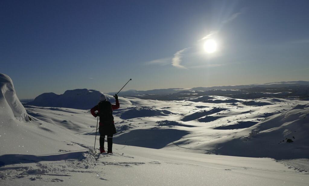 KUNNSKAPSRIK: Menn har god tro på at de vet nok til å ferdes trygt i fjellet, men flere menn enn kvinner har opplevd farlige situasjoner i fjellet. Foto: NTB Scanpix