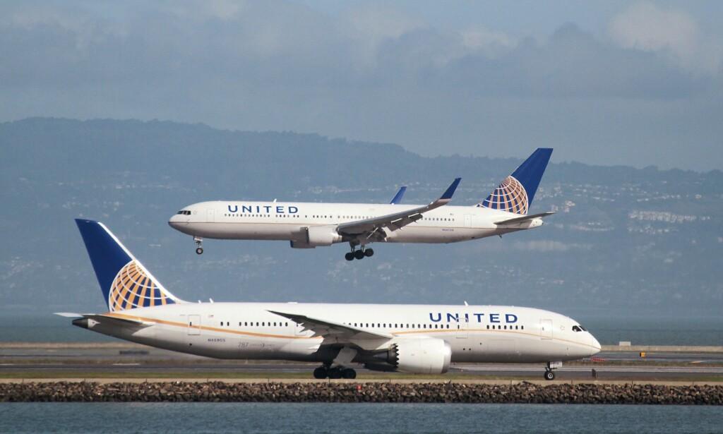 DYR OVERBOOKING: Etter skandalen med en lege som ble halt ut av et overbooket fly med makt i fjor, har United Airlines nå endret reglene og tilbyr opptil 10 000 dollar for å få passasjerer til å di fra seg plassen sin frivillig ved oversalg. Og det var nettopp den summen selskapet måtte ut med forrige uke da et fly fra Washington til Houston var overbooket. Arkivfoto: NTB Scanpix