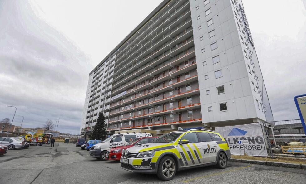 FUNNET DØD: Politiet har startet etterforskning etter at en mann i 20-årene ble funnet død utenfor et hus i Fyllingsdalen i Bergen like før klokken 5 fredag morgen. Foto: Bjørn Erik Larsen / Bergens Tidende / NTB scanpix
