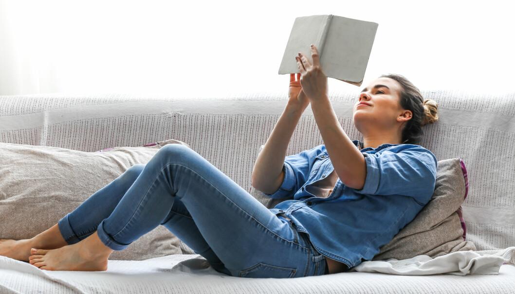 STAYCATION: Det er ikke noe galt i å nyte påskeferien hjemme på sofaen. FOTO: NTB Scanpix