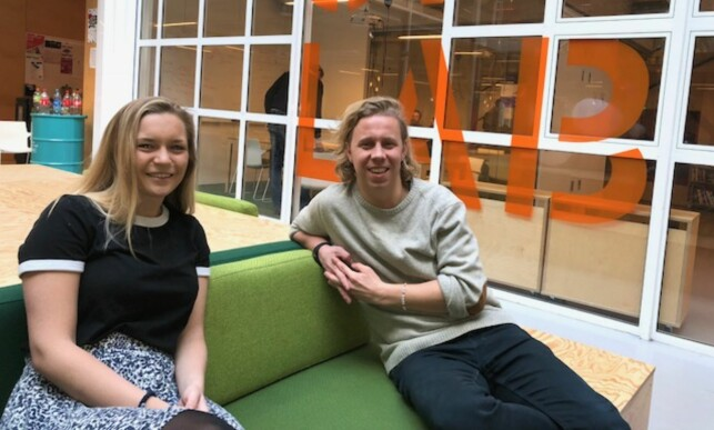 INTERESSE: Mathilde Tybring-Gjedde (H) ønsker politisk debatt om ungdoms digitale hverdag. Her sammen med Hold-gründer Mathis Mathisen i Forskningsparkens start-lab.