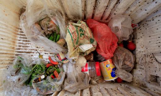 IKKE MYE FØDE: Familien Ruzaiq i Hodeida består av 18 familiemedlemer. Her viser de fram sin ødelagte fryseboks, og det lille de 18 munnene har å leve av. Foto: Abduljabbar Zeyad / Reuters / Scanpix