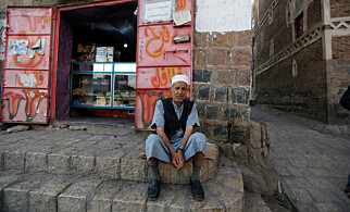 ALT ER DYRT: Jemenitten Lutf Ali al-Shahari sitter på en trapp i den Unesco-vernede gamlebyen Sanaa i Jemen. - Livet er en tragedie. Urettferdighet og ødeleggelser, og alt for høye priser, sier han. Foto: Khaled Abdullah / Reuters / Scanpix