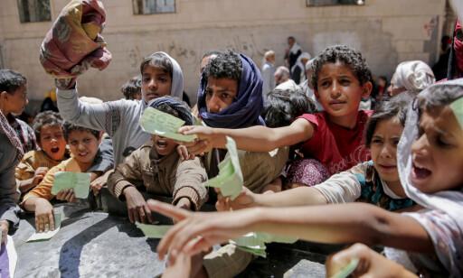 KØER FOR MAT: Jemenitter står i kø for å få utdelt mat. Foto: Hani Mohammed / Ap / Scanpix