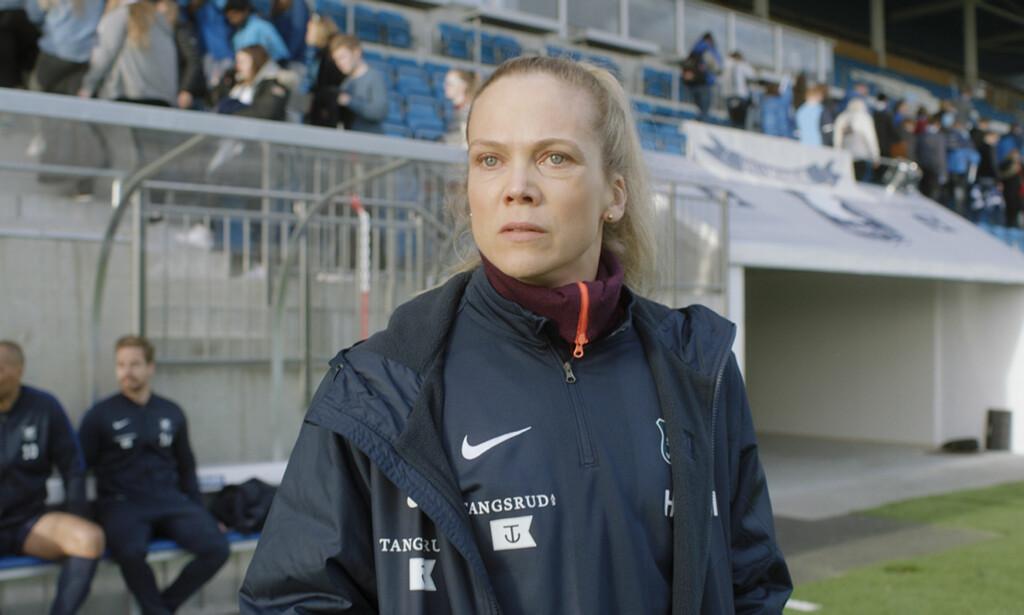 Helena gjør sitt på sidelinja, for at Varg skal få muligheten til å score. Foto: NRK