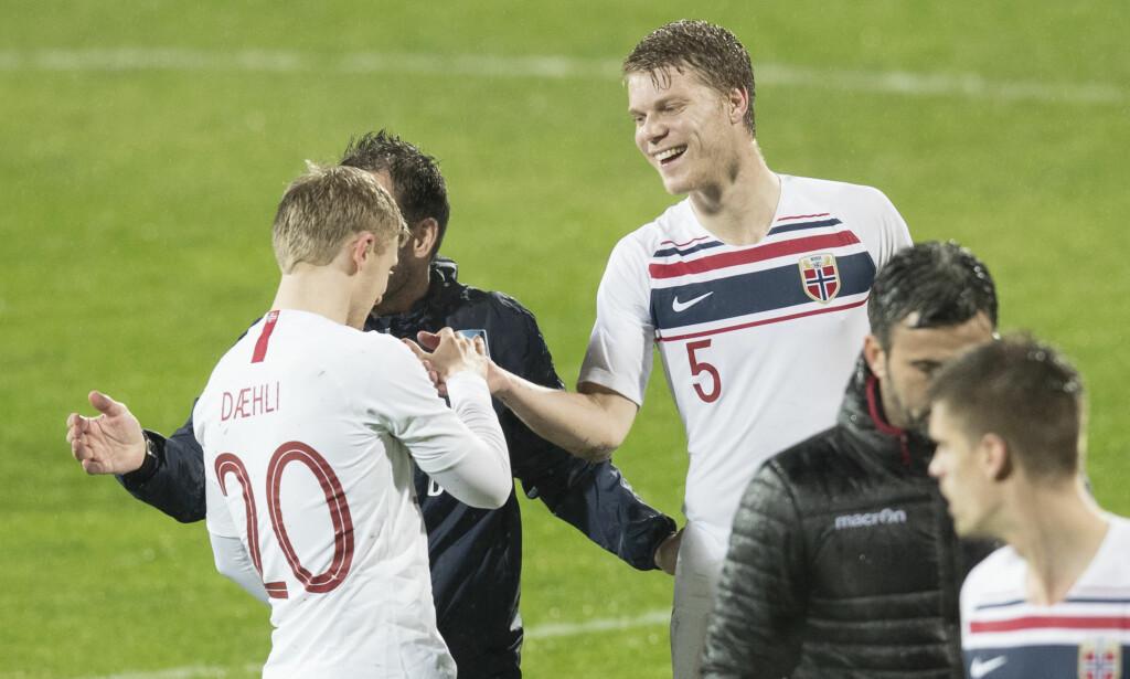 HØYT OPPE: Sigurd Rosted blir gratulert av Mats Møller Dæhli etter seieren over Albania. Foto: Vidar Ruud / NTB scanpix