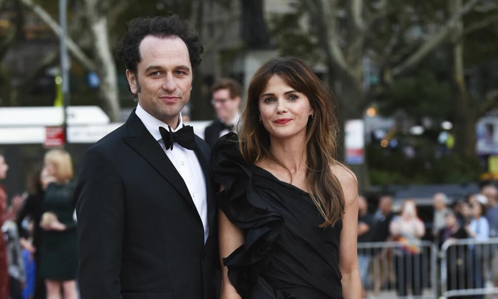 POPULÆRT PAR: Skuespillerne Matthew Rhys (43) og Keri Russell (42) har spilt ektepar i tv-serien «The Americans» siden 2013, og har vært kjærester nesten like lenge. Her sammen i New York i fjor høst. Foto: Evan Agostini / AP / NTB Scanpix