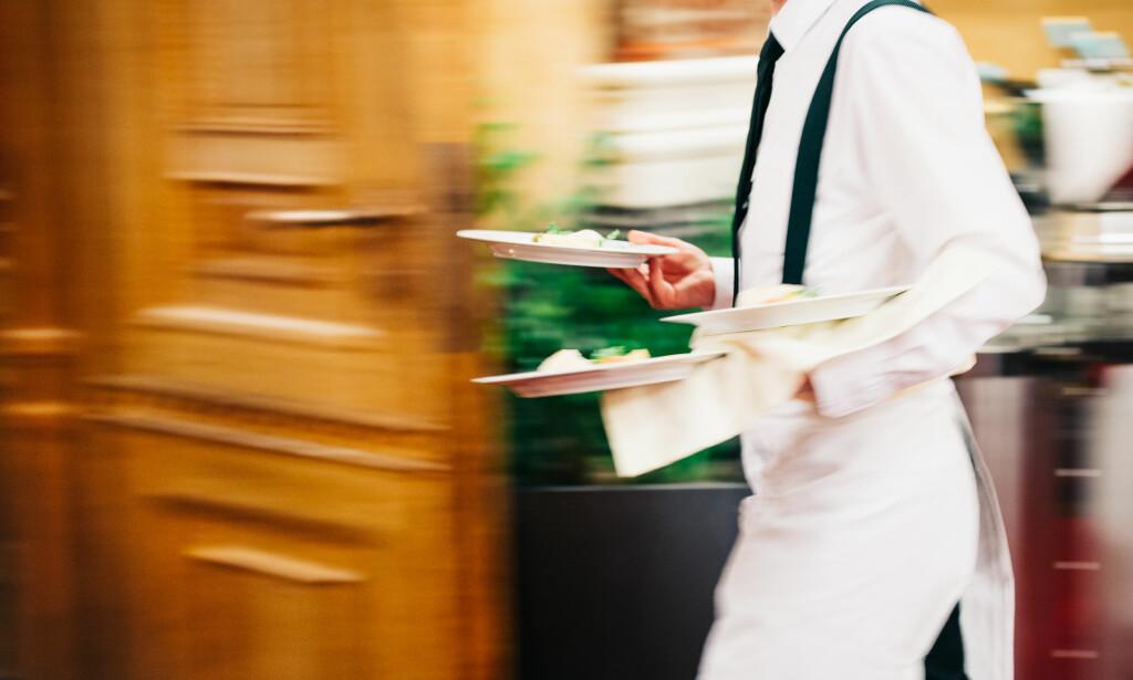 FIKK SPARKEN: En servitør går rettens vei fordi han mener han ble diskriminert da han fikk sparken for oppførselen sin. Illustrasjonsfoto: Shutterstock / NTB scanpix