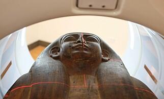 SKANNES: Her blir sarkofagen CT-skannet. Foto: Universitetet i Sydney / Nicholson-museet