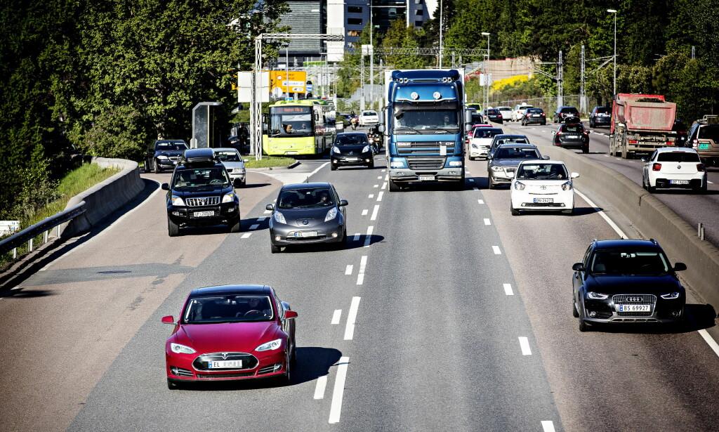 VIL LOVFESTE: Går det slik norske stortingspolitikere vil, vil alle nye biler solgt fra 2025 være nullutslippsbiler, slik som Teslaen i forgrunnen til venstre. Unge Høyre vil nå få Høyre til å lovfeste det politiske målet. Foto: Lars Eivind Bones / Dagbladet