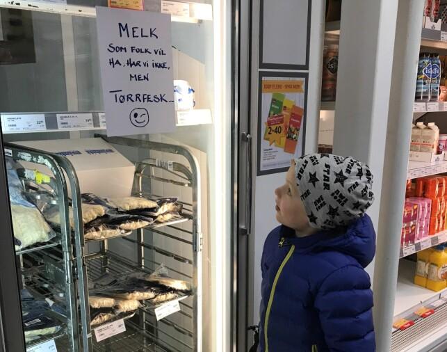 TOMT: Ingen melk, men mye tørrfisk. Butikkene og Sigur begynner å merke situasjonen i Berlevåg. Foto: Anfrid Hojem