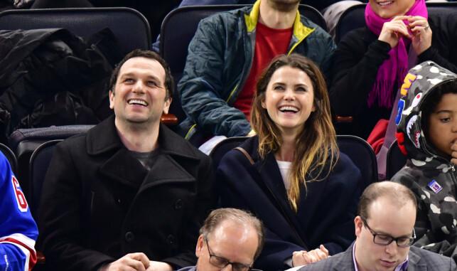 SPØKEFULLE: Matthew Rhys og Keri Russell klarer ikke annet enn å le av de intime scenene i «The Americans». Her sammen på hockeykamp forrige måned. Foto: NTB Scanpix