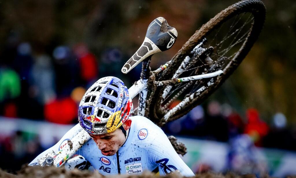 CYCLOCROSS: Det er slik vi er vant til å se Wout Van Aert, i cyclocrossløypa, her på vei mot sin tredje strake VM-tittel. I vår har han også vist seg meget godt fram på brosteinen i den noe mer tradisjonelle landeveissyklingen. / AFP PHOTO / ANP / Marcel van Hoorn / Netherlands OUT