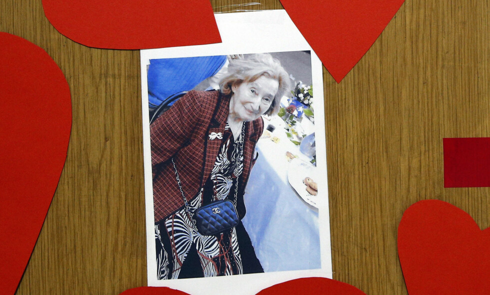 DREPTE: Mireille Knoll (85). På inngangsdøra hennes er det fullt av hjerter og et bilde av den drepte kvinnen. Foto: Christophe Ena / AP / NTB Scanpix