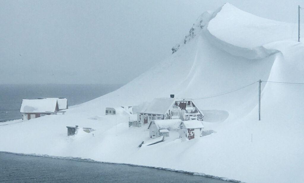 image: Plutselig hang det en hengeskavl av snø truende over hytta: – Skremmende å tenke på
