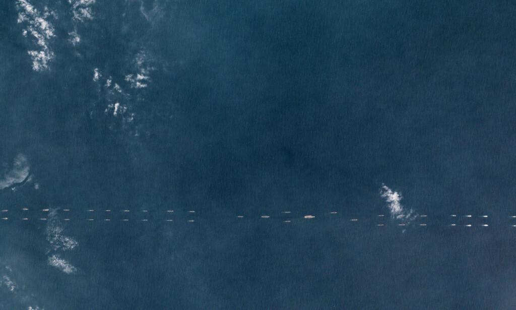 - OPPVISNING: På satellittbildet fra mandag ses flere titalls kinesiske skip og ubåter, seilende på rekke med hangarskipet «Liaoning». Foto: Planet Labs / Reuters / NTB Scanpix