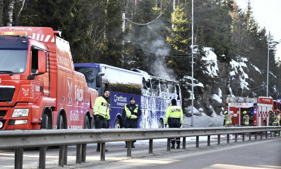FULL FYR: En buss stod i full fyr på E18 ved Svartskog. Alle passasjerer skal ha kommet seg ut av bussen. Foto: Lars Eivind Bones / Dagbladet