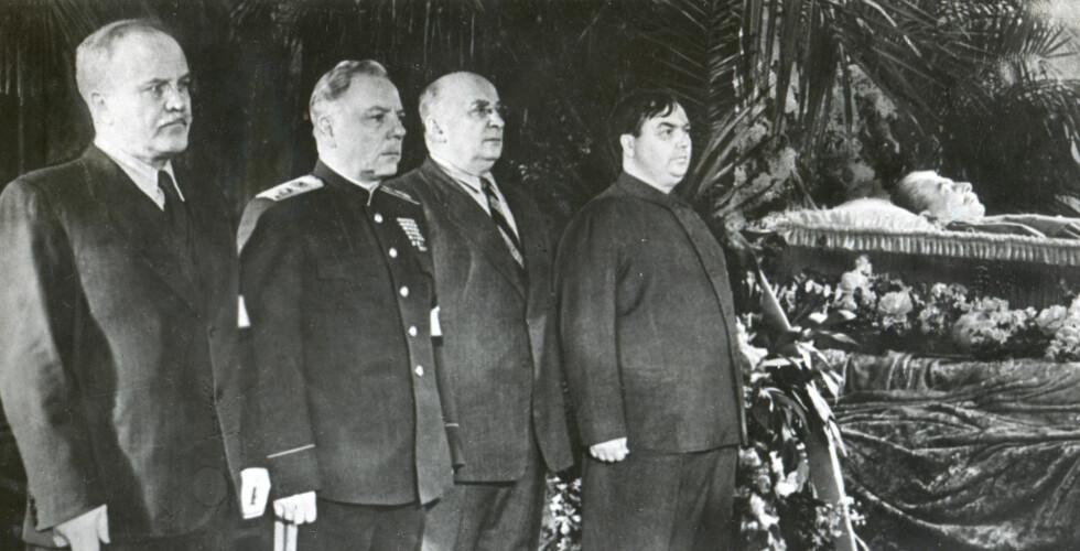 FIRKLØVER: Sovjettopper ved kista til Josef Stalin i 1953. Fra venstre: Mikhajlovitsj Molotov, Kliment Vorosjilov, Lavrentij Berija og Georgij Malenkov. En annen sentral figur, som ikke er på dette bildet, var Nikita Khrusjtsjov. Foto: NTB Scanpix