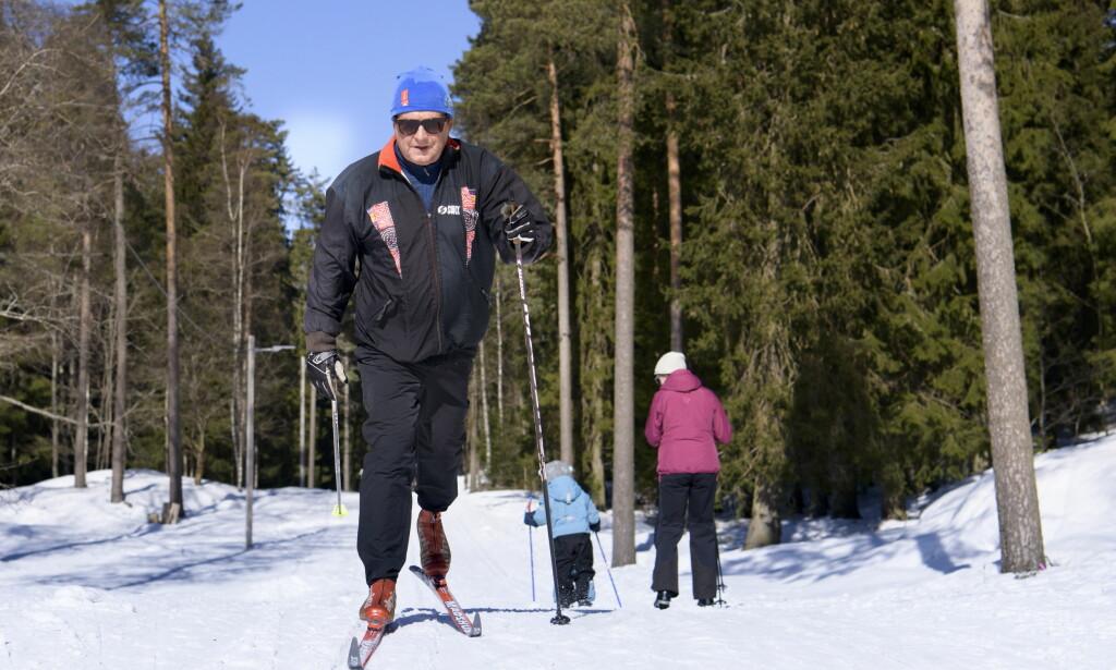 GODT DRIV: John Hvidsten (69) trener fire til fem ganger i uka. - Jeg har fått mange gode opplevelser gjennom å bruke kroppen, sier han. Her på vei ned fra Ullevålseter, ved Sognsvann. Foto: Lars Eivind Bones