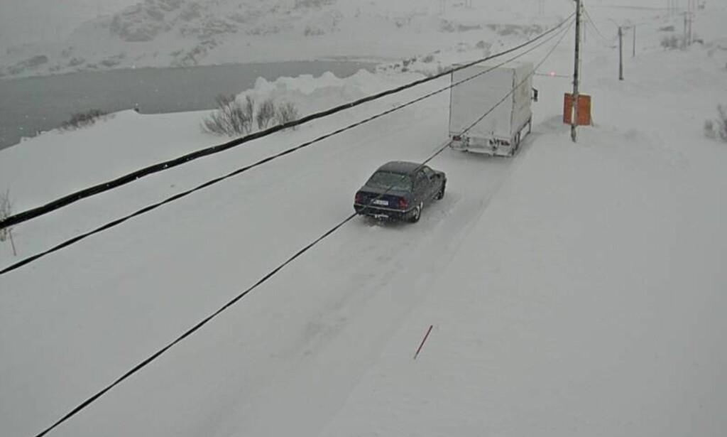 Fylkesvei 890 over Kongsfjordfjellet i Finnmark var skjærtorsdag stengt på grunn av uvær. Foto: Webkamera / Statens vegvesen / NTB scanpix