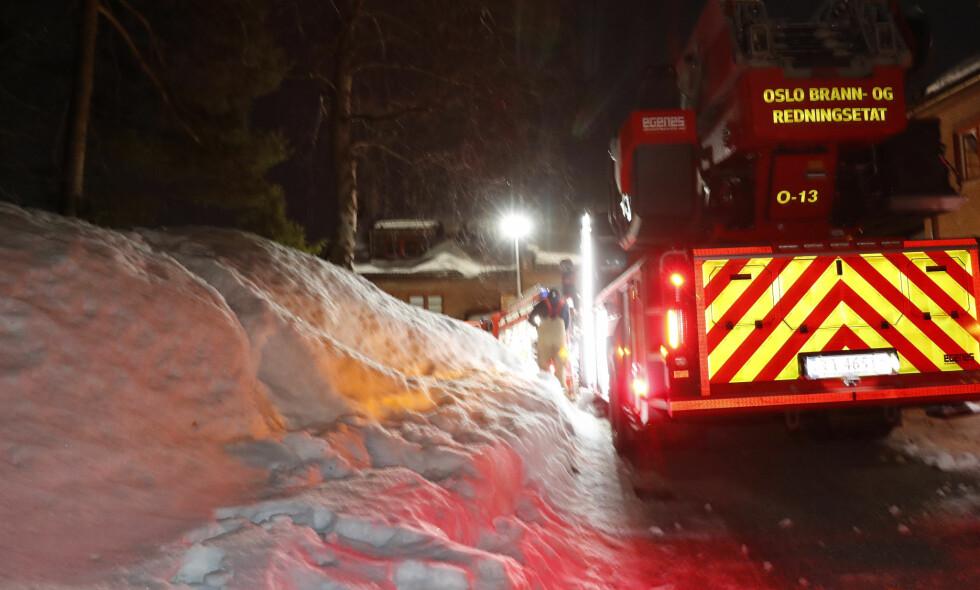 BRANN: Brannvesenet var på stedet med sju biler under en brann på Voksenåsen i Oslo natt til langfredag. Foto: Terje Bendiksby / NTB scanpix