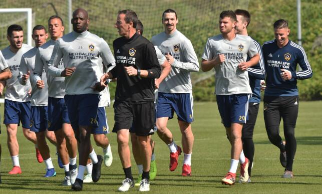 FORNØYD: Zlatan Ibrahimovic har ikke spilt kamp for Manchester United siden desember. Han er åpenbart hissig på å komme i gang igjen. Her fra fredages løpsøvelse med Los Angeles Galaxy. Foto: NTB scanpix