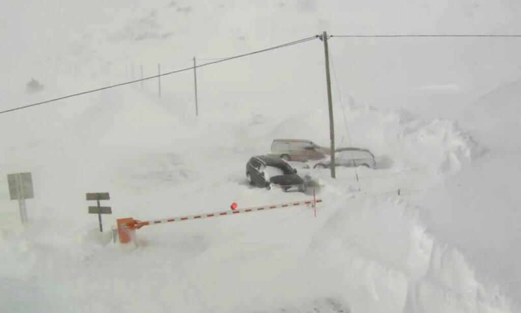BOM FAST: Ingen sjanse til å komme seg til Magerøya, med Honningsvåg og Nordkapp, via E69, den eneste bilveien fra fastlandet. Her bommen ved Reinelv. Foto: Webkamera / Statens vegvesen / NTB Scanpix