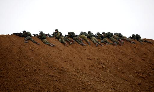 PÅ VAKT: Israelske soldater hadde i går ordre om å skyte med skarpt, noe som den israelske menneskerettighetsorganisasjonen B'Tselem kritiserte sterkt. Foto: Amir Cohen / Reuters / Scanpix