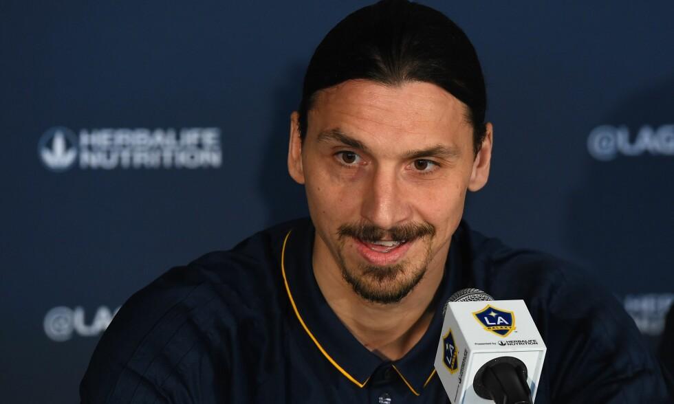 SELVTILLIT: Zlatan Ibrahimovic presenterte seg på velkjent vis under den første pressekonferansen for Los Angeles Galaxy. Foto: NTB scanpix