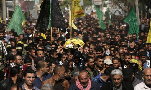 SØRGER: Palestinere i Gaza bærer den drepte Hamdan Abu Amsha, i en begravelses- og sørgeseremoni i Gaza i dag. Foto: Mahmud Hams / Afp / Scanpix