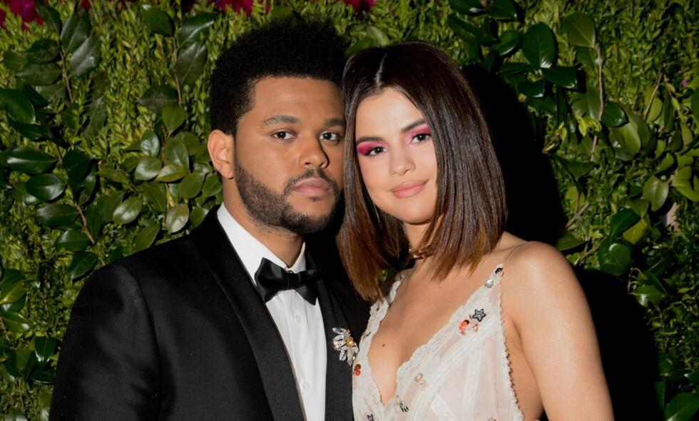 Fortid: The Weeknd og Selena Gomez i 2017. Alt tyder på at det er bruddet mellom dem som belyses på det nye minialbumet. Foto: NTB scanpix