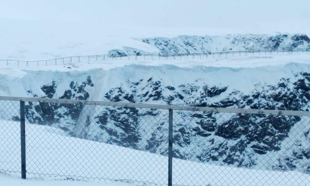 STORE SNØMENGDER: Fra toppen av skrenten på Nordkapplatået. Foto: Privat