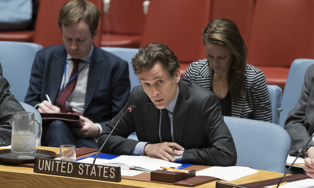 BLOKKERTE: Et medlem av den amerikanske delegasjonen snakker under FNs sikkerhetsråds hastemøte om situasjonen på Gazastripen fredag. Ifølge nyhetsbyrået AFP stoppet USA det første utkastet til sikkerhetsrådets uttalelse. Foto: Mary Altaffer / NTB scanpix
