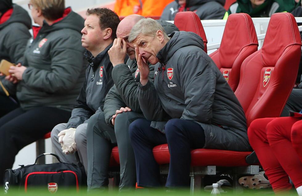 TUNG SESONG: Arsenal-manager Arsène Wenger var ikke veldig fornøyd før pause. Men 15 minutter før slutt løsnet det. Foto: NTB scanpix
