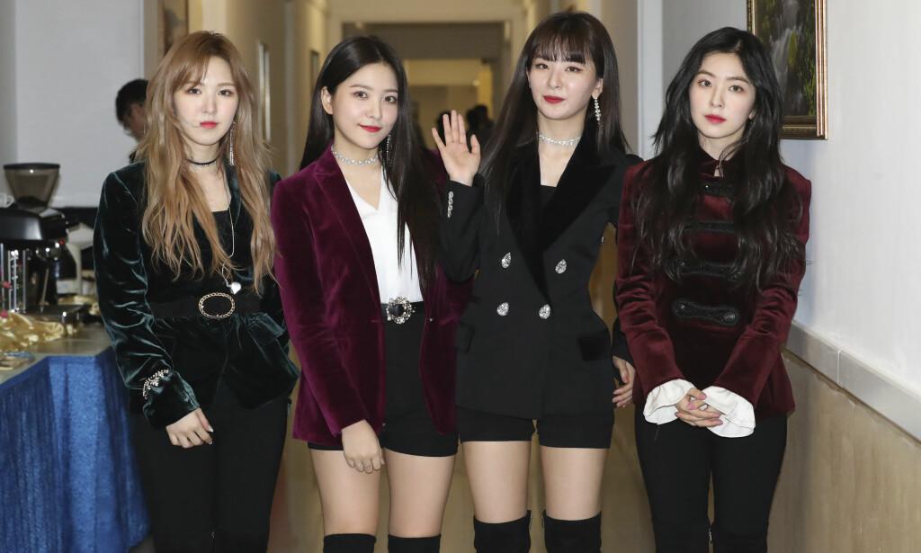 K-POP: Det sørkoreanske popbandet Red Velvet fotografert etter forestillingen i Pyongyang søndag kveld. Foto: AP / NTB scanpix