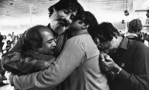 MEDITASJON: Tilhengerne til Rajneesh samles til en klem under en meditasjonsøkt i Rajneeshpuram i 1984. Foto: NTB scanpix / AP Photo / Bill Miller