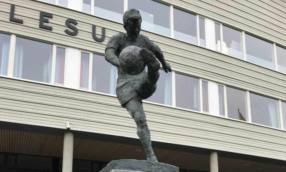 BYTTER NAVN: Statuen utenfor Color Line Stadion i Ålesund bytter navn fra «Fotballspilleren» til «John Arne Riise». Foto: Tore Ulrik Bratland