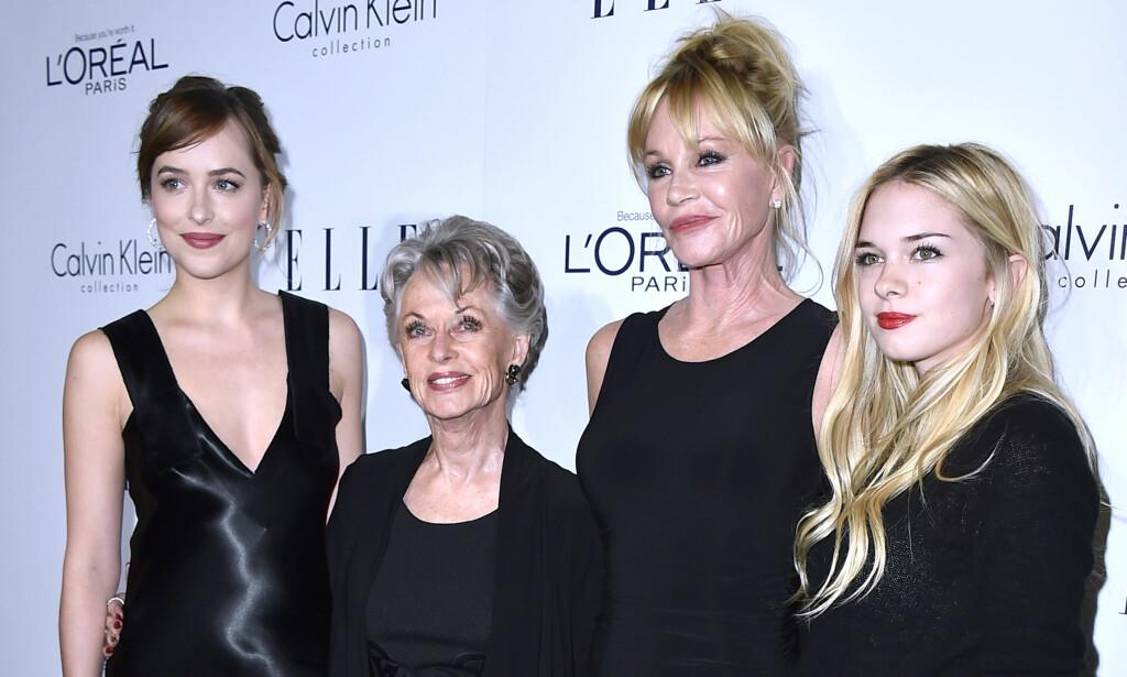 TRE GENERASJONER: Dakota Johnson har ført familiens skuespillerarv videre i familien. Her er hun sammen med sin berømte bestemor Tippi Hedren, moren Melanie Griffith og lillesøster Stella Banderas. Foto: NTB Scanpix.