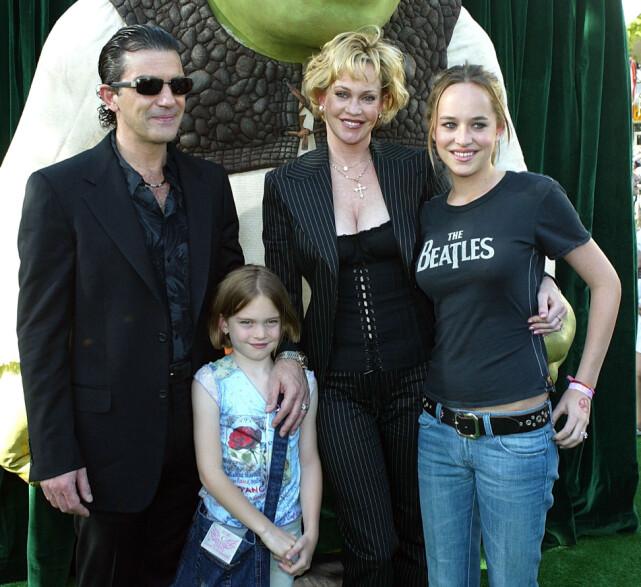 DINE, MINE OG VÅRE: Antonio Banderas, Stella Banderas, Melanie Griffith og Dakota Johnson i 2004. Foto: NTB Scanpix