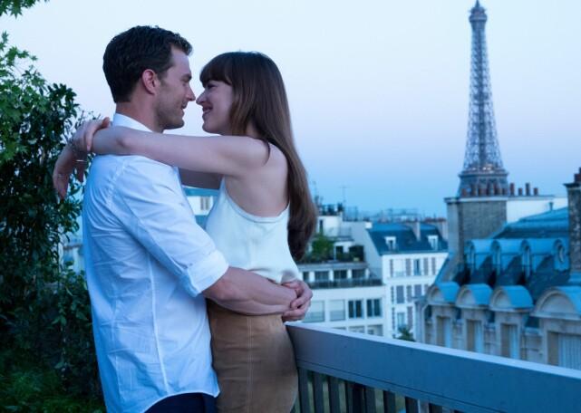 FILMKJÆRESTER: Dakota Johnson og Jamie Dornan spiller kjærester og senere ektepar i «Fifty Shades»-filmene. Foto: NTB Scanpix