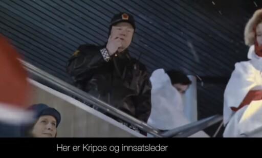 POLITIET: Vegard og Bård Ylvisåker skildrer med musikalske parodier ulike nyhetshendelser fra Oslo. I mandagens episode presenterer kunsttyv Pål Enger sin egen forklaring på hvordan han kunne ta seg inn på Nasjonalgalleriet uten å bli stoppet. Foto: Skjermpdump / TV Norge