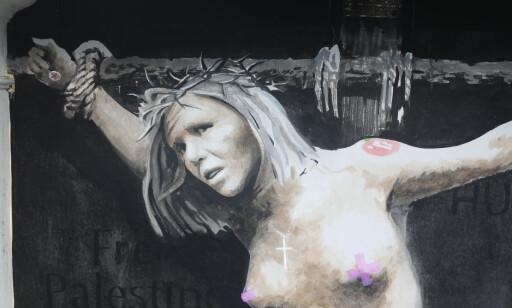 KORSFESTET: Verket har kunstneren kalt «Making a martyr - distracted by polarization».  Foto: Emil Weatherhead Breistein / NTB scanpix