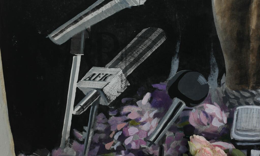 AFK: Gatekunstneren ønsker å være anonym, her med signaturen på en av mikrofonene på maleriet. Foto: Emil Weatherhead Breistein / NTB scanpix