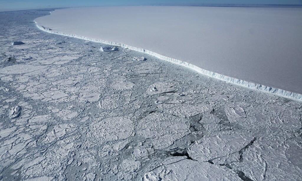 KRYMPER: Isen under vann smelter raskt. Forskere har funnet en ny metode å finne ut det på, uten å måtte dykke under isen. Foto: NTB scanpix