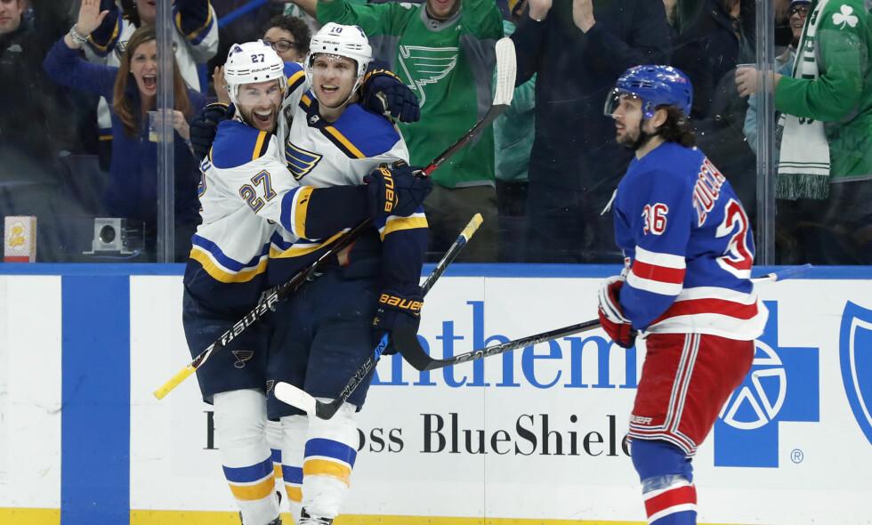 SKAL MR-UNDERSØKES: Mats Zuccarello har problemer med å gå etter flere blokkeringer i de siste kampene i NHL. Nå skal han til MR-undersøkelse, og sesongen kan være over. Foto: NTB Scanpix/AP Photo/Jeff Roberson