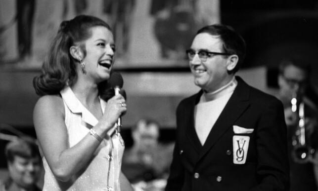 1969: Lill-Babs gjestet NRK-programmet «TV9», en slags fjernsynsbingo der seerne kunne kjøpe bingo-kuponger og vinne tv-apparater. Inntekten gikk til Radiogavefondet. Her opptrer hun sammen med programleder Ragnar Baartvedt. Foto: NTB Scanpix