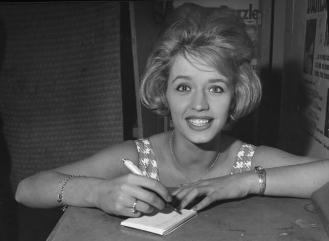 1960: Lill-Babs i begynnelsen av sin karriere. Her signerer hun autografer. Foto: NTB Scanpix