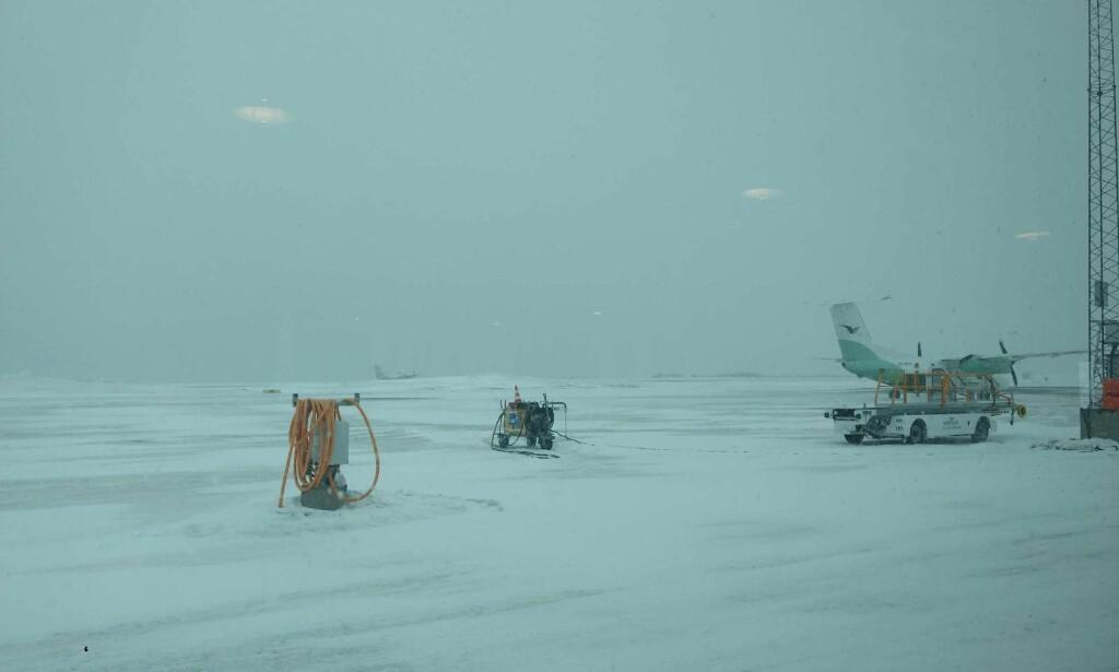 DÅRLIG VÆR: Dette bildet tok Tom klokka 12.30 tirsdag. Flyet han skulle ta fra Kirkenes har landet i Alta. Foto: Privat